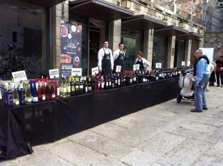 Mesa con más 80 referencias vinos